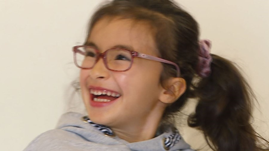 Maria tem 6 anos e sofre de uma mutação genética rara