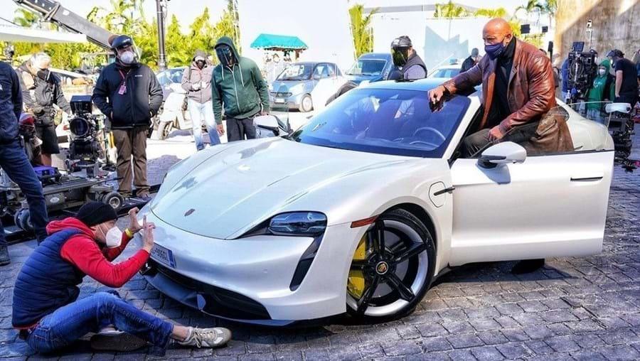Dwayne Johnson não cabe em Porsche Taycan