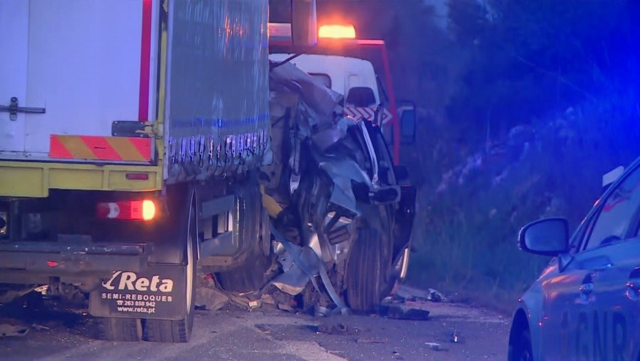 Homem de 40 anos morre em violenta colisão entre carro e camião em Silves