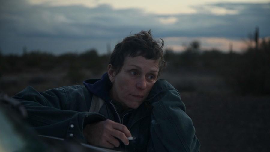 Frances McDormand interpreta Fern, uma mulher que perde tudo com a Grande Recessão