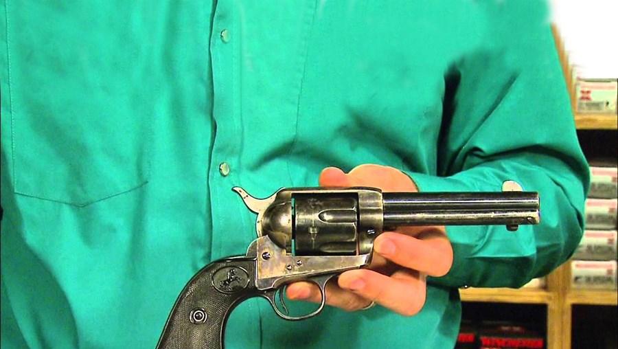 A 'arma' em causa é uma Colt Single Action Army revólver, de 29 centímetros