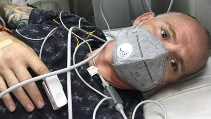 Ian Jones luta pela vida depois de ter sido picado por uma cobra venenosa na Índia