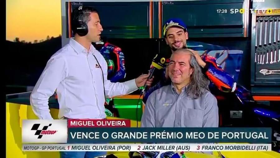Miguel Oliveira rapa cabelo de comentador desportivo que fez promessa antes do GP de Portugal