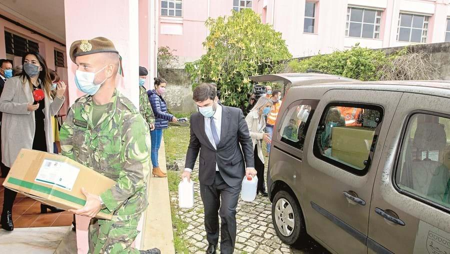 Militares estão no terreno a desempenhar várias tarefas, como distribuição de material, no combate à pandemia