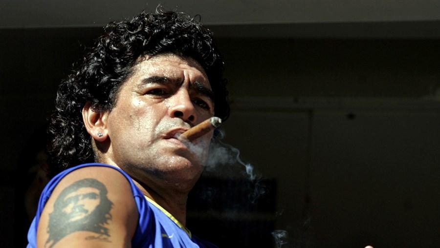 Futebolista argentino Maradona fuma um charuto antes do início de uma partida de futebol em Buenos Aires