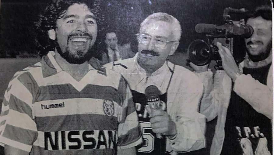 Maradona com a camisola de Carlos Manuel