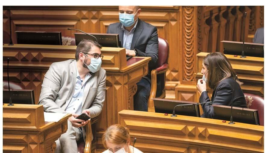 """João Oliveira, líder parlamentar do PCP (à esq.) reconheceu que as negociações das medidas propostas com a bancada socialista tiveram lugar """"até à última"""""""