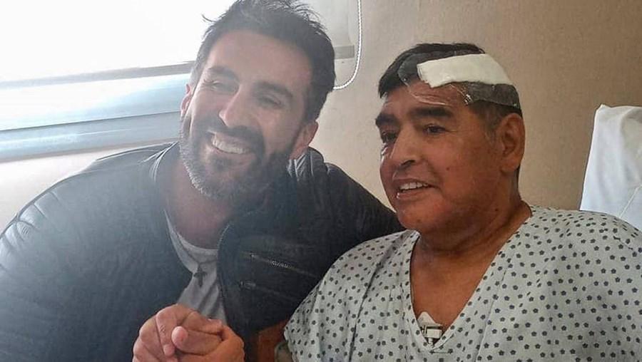 Última foto de Maradona divulgada nas redes sociais, com o médico Leopoldo Luque