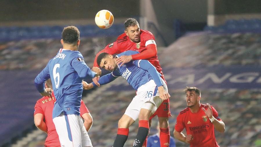 Jardel tenta ganhar nas alturas a luta pela bola ao nigeriano Balogun