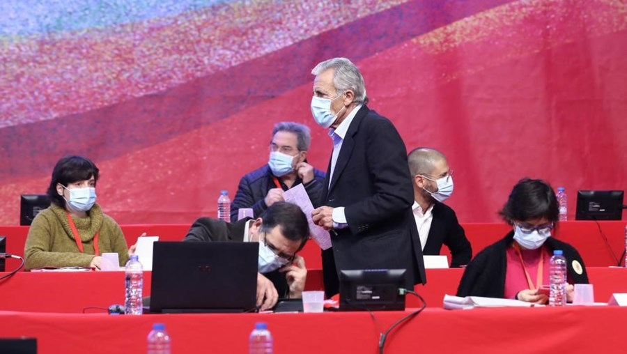 O secretário-geral do Partido Comunista Português (PCP), Jerónimo de Sousa (3D), durante o segundo dia do XXI Congresso do partido, em Loures