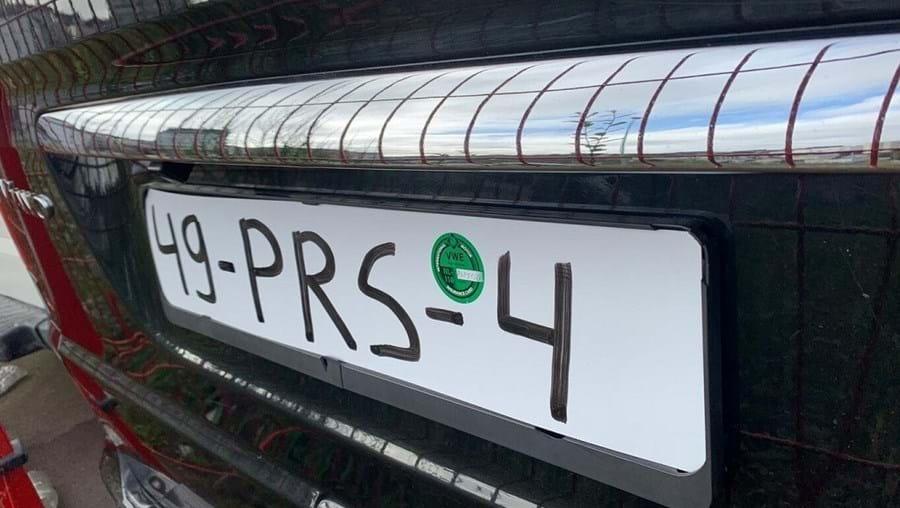 Condutor multado por guiar carro sem seguro e com matrícula pintada a marcador
