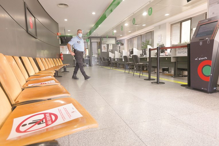 Serviços públicos estão vazios porque só funcionam por marcação e parte dos funcionários está em teletrabalho
