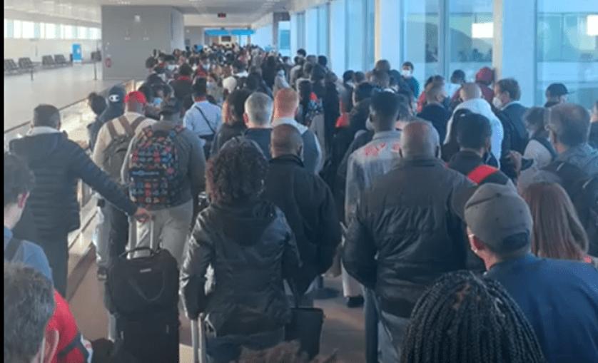 Dezenas de passageiros entopem zona de chegadas do Aeroporto de Lisboa