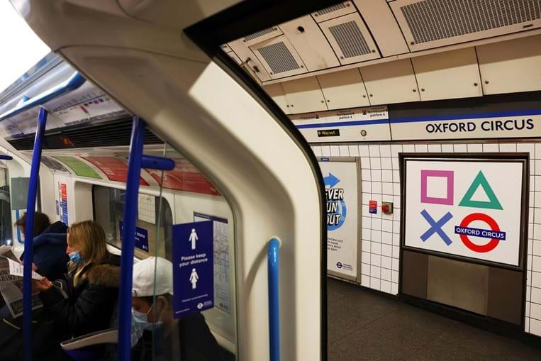 Estação de metro de Oxford Circus, em Londres, recebeu uma 'atualização' do seu símbolo em homenagem ao lançamento da nova Playstation 5
