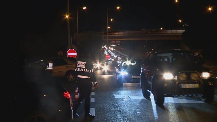 Fiscalização devido ao recolher obrigatório provoca longas filas na Ponte 25 de Abril em Lisboa