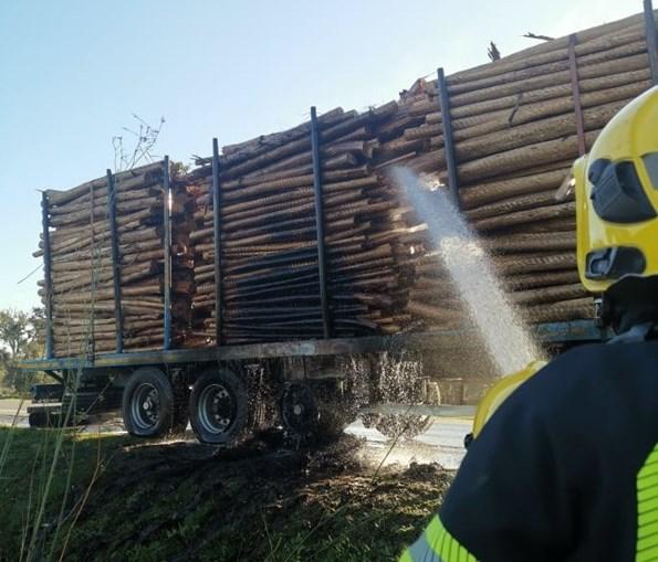 Camião incendeia-se no IC1 em Grândola