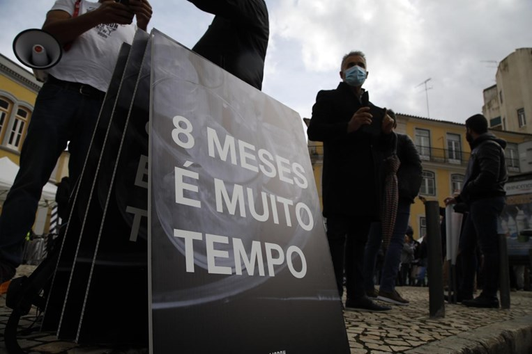 Dezenas juntam-se em protesto contra medidas restritivas para a Covid-19