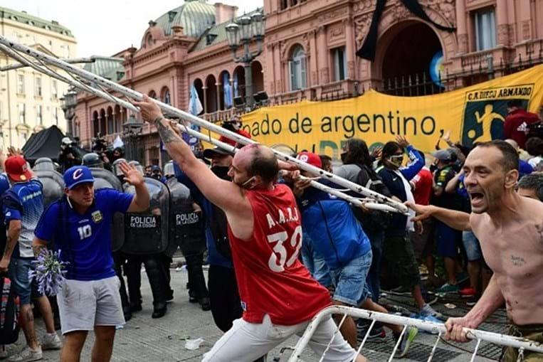 Fãs de Maradona em confronto com a polícia em Buenos Aires