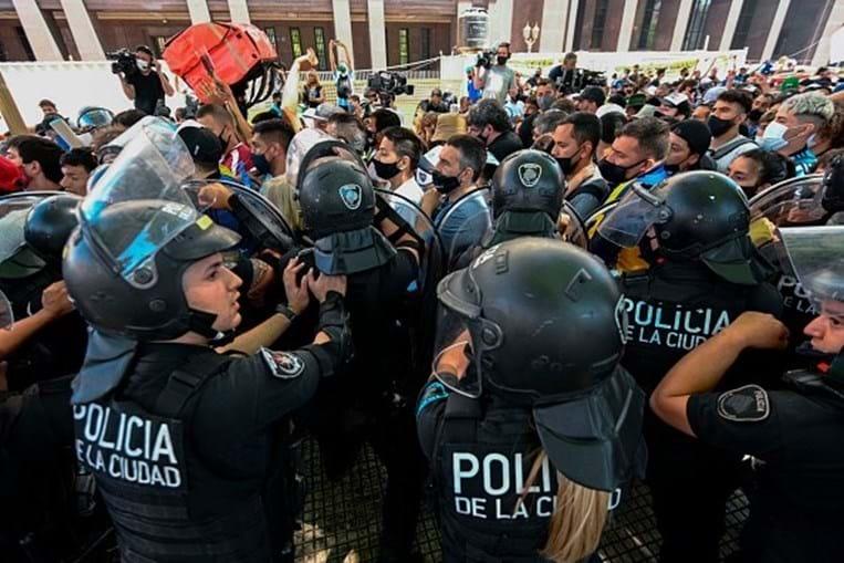 Velório de Maradona termina com confrontos e família inicia cortejo fúnebre