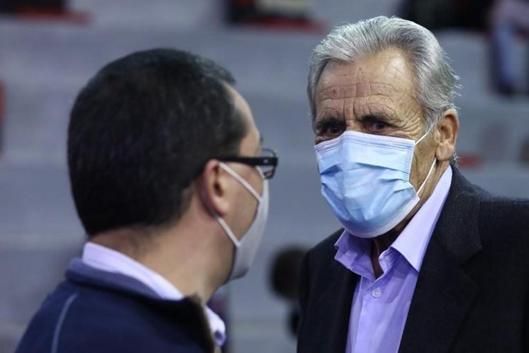O secretário-geral do Partido Comunista Português (PCP), Jerónimo de Sousa (D), conversa com um delegado durante o segundo dia do XXI Congresso