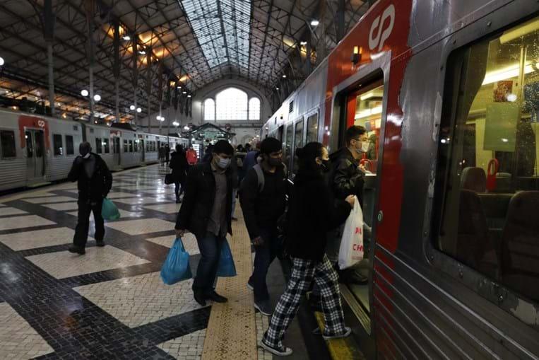 Agentes da PSP orientam os passageiros na plataforma da estação de comboio do Rossio, em Lisboa