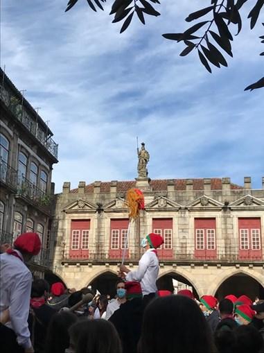 Centenas de pessoas reunidas no cortejo ao monumento nicolino em Guimarães