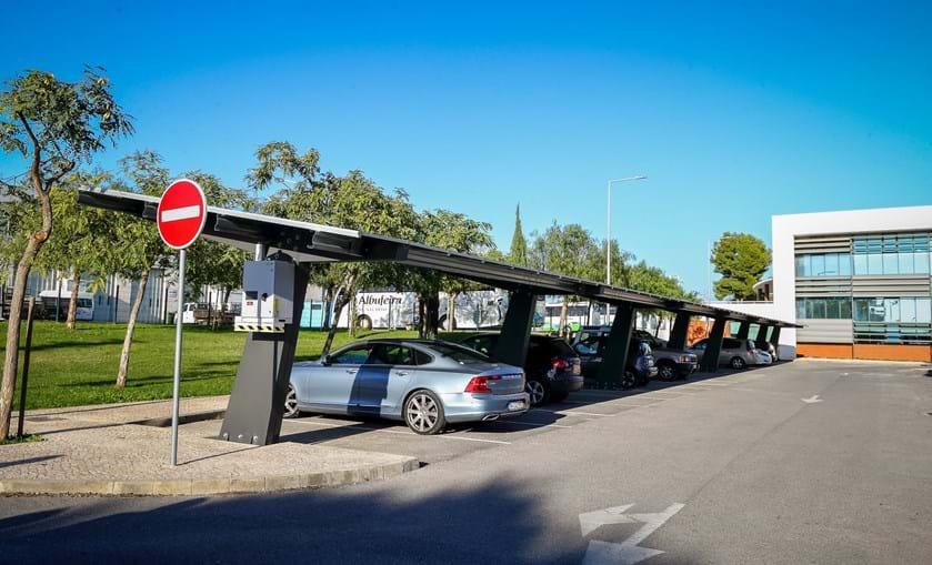 Foram instalados painéis fotovoltaicos no parque de estacionamento do edifício municipal em Vale Pedras