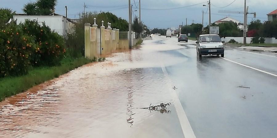 Inundações em casas e terrenos junto à EN125 em Vale Judeu e acesso a Vilamoura devido à chuva intensa