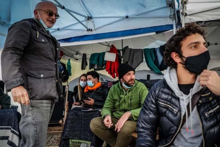 """Cerca de uma dezena de empresários responsáveis pelo movimento """"A Pão e Água"""" mantêm-se em greve de fome à porta da Assembleia da República em Lisboa, para serem ouvidos pelo Governo sobre as suas propostas para mitigar os efitos da pandemia Covid 19 naquele setor da economia"""