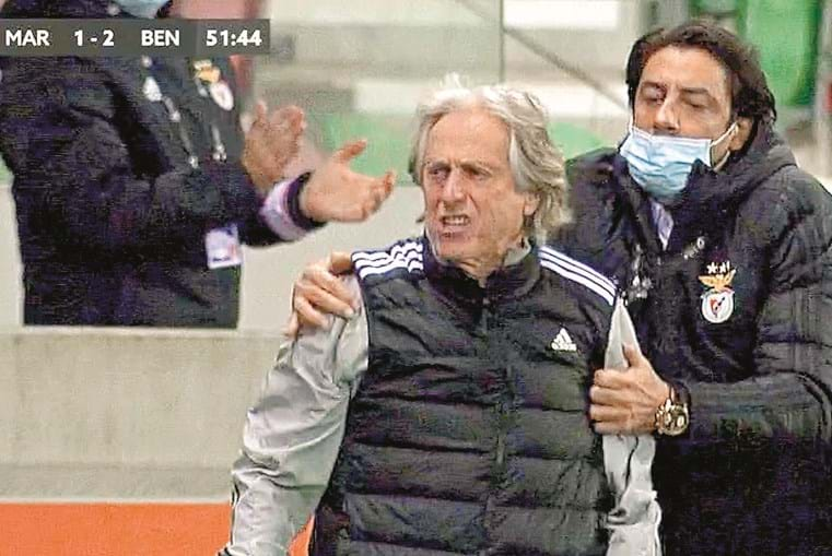 O 2-1 fez o banco do Benfica explodir de alegria. Nos festejos, Jesus dirigia-se ao banco do Marítimo mas foi travado pelo 'vice' Rui Costa