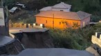 Estrada colapsa na Madeira e provoca cratera gigante. Há um casal desalojado