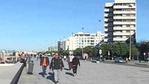 Dezenas de pessoas aproveitam feriado para passear junto à praia em Matosinhos antes do recolher obrigatório