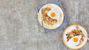 Arroz frito com camarão e ovo