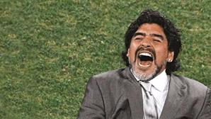 """Diego Maradona """"foi morto"""" e a responsabilidade é dos médicos, acusa advogado de enfermeira do ex-jogador"""