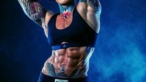 Culturista quer mudar visão de como as mulheres devem ser e exibe músculos exuberantes