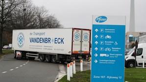 Camiões frigoríficos deixam fábrica da Pfizer, em Bruxelas, com destino ao Reino Unido. Veja as imagens