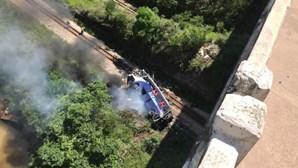 Sobe para 17 o número de mortes após queda de autocarro de viaduto no Brasil