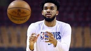 """""""Vi muitos caixões nos últimos sete meses"""": Jogador da NBA perde a mãe e mais seis familiares devido à Covid-19"""