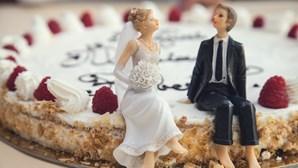 Noivos criticados por discriminação em casamento