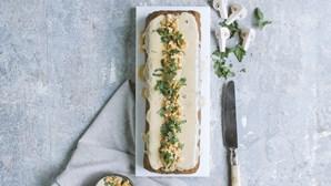 Receita vegan: rolo de lentilhas e vegetais com molho de cogumelos