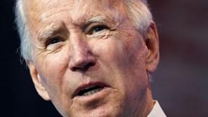 Joe Biden emociona-se durante discurso antes de tomar posse como presidente dos EUA