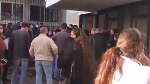 Centenas de pessoas à porta do IEFP do Barreiro em plena pandemia da Covid-19