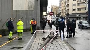 Homem morre no Porto atingido por poste de iluminação derrubado por grua