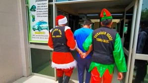 Polícias vestem-se de Pai Natal e Elfo para fazer apreensão de droga