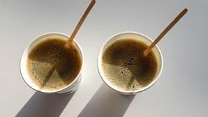 Beber café em copos de papel é perigoso para a saúde, alerta estudo