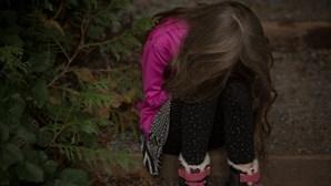 Menina de 10 anos encontrada ao lado do cadáver da mãe numa floresta