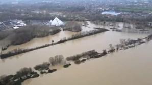 Casas inundadas e vidas em risco no Reino Unido devido a tempestade que chega a Portugal no domingo