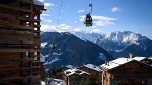 200 turistas britânicos fogem durante a noite de estância de esqui na Suíça para evitar quarentena
