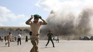 Explosão ouvida perto do palácio presidencial após ataque no aeroporto de Aden que matou 16 pessoas no Iémen