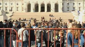 Multidão junta-se a empresários da restauração em greve de fome em dia de recolher obrigatório
